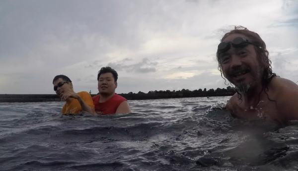 キャンプ場近くの海岸で海水浴を楽しむ(筆者撮影)
