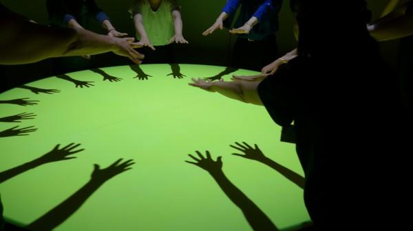 手のダンス