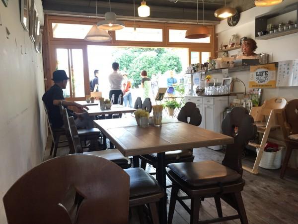 ひばりカフェ中の様子。地元の男性が一息入れています。