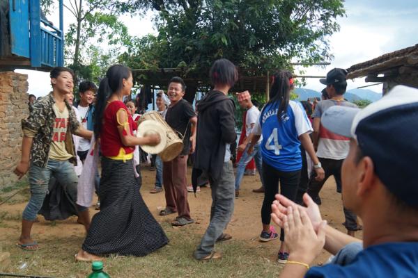 歓迎はたくさんの人でと、村の人たちが集まり、若者たちが踊りを披露