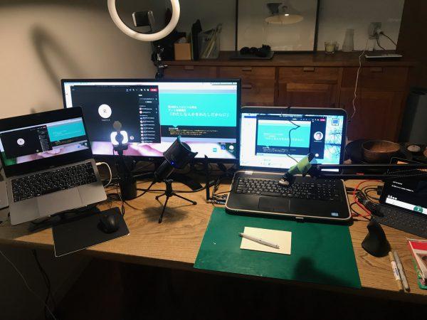 リモート講座を発信した筆者のデスクの様子。PC、モニター、カメラが複数あり、UD トークで音声認識も配信。